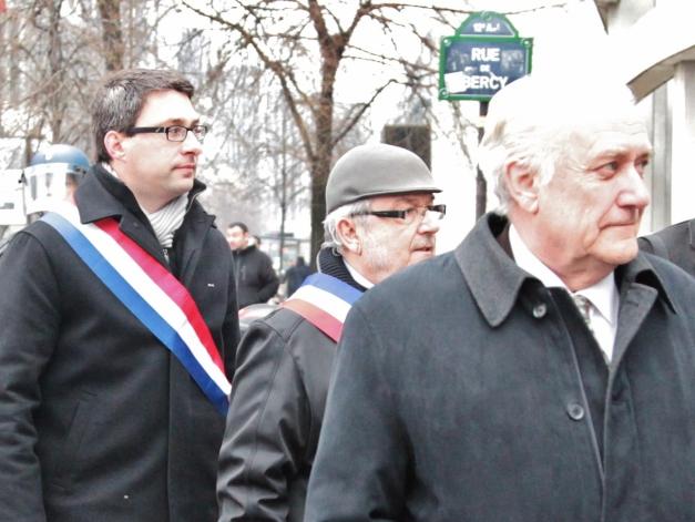 Les élus ont parfois été pris à partie par des salariés énervés. A gauche, Christophe Léonard, député PS de la 2ème circonscription, a cependant répondu aux questions de ses électeurs. (Photo @rdenne-mag)