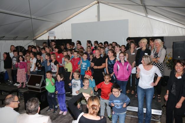 Jeunes et adultes de la chorale ont soulevé l'enthousiasme du public.