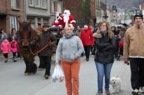 Les Revinois ont suivi la charrette du Père Noël en famille, de la rue Victor Hugo jusqu'au Parc Rocheteau.