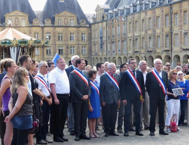 Après l'observation d'une minute de silence, l'ensemble des participants a entonné la Marseillaise. (Photo @rdenne-mag)